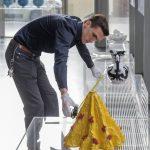 Alle objecten staan 1.5 meter afstand van elkaar, zodat je er veilig naar kunt kijken - Keramiek in quarantaine - foto Ben Nienhuis
