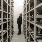 Directeur Timo de Rijk maakt een selectie uit het depot van Design Museum Den Bosch - Keramiek in quarantaine - foto Ben Nienhuis