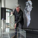 Directeur Timo de Rijk plaatst een object - Keramiek in quarantaine - foto Ben Nienhuis
