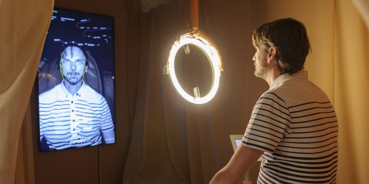 Biometric Mirror van Lucy McRae in Design Museum Den Bosch