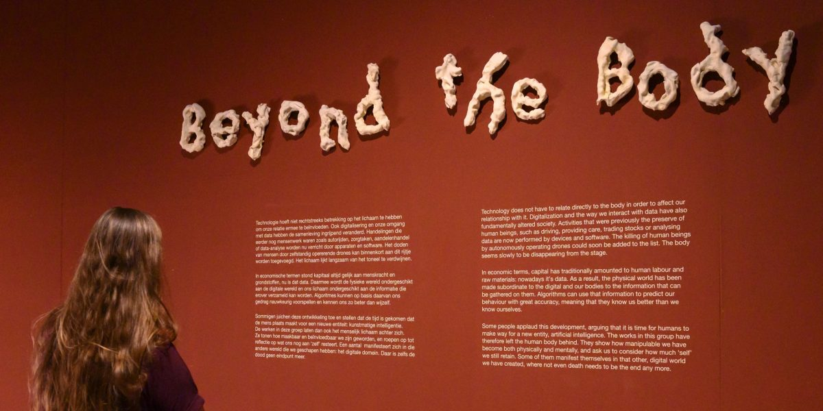 Beyond the Body in Design Museum Den Bosch. Letters door Bart Hess. Foto Ben Nienhuis