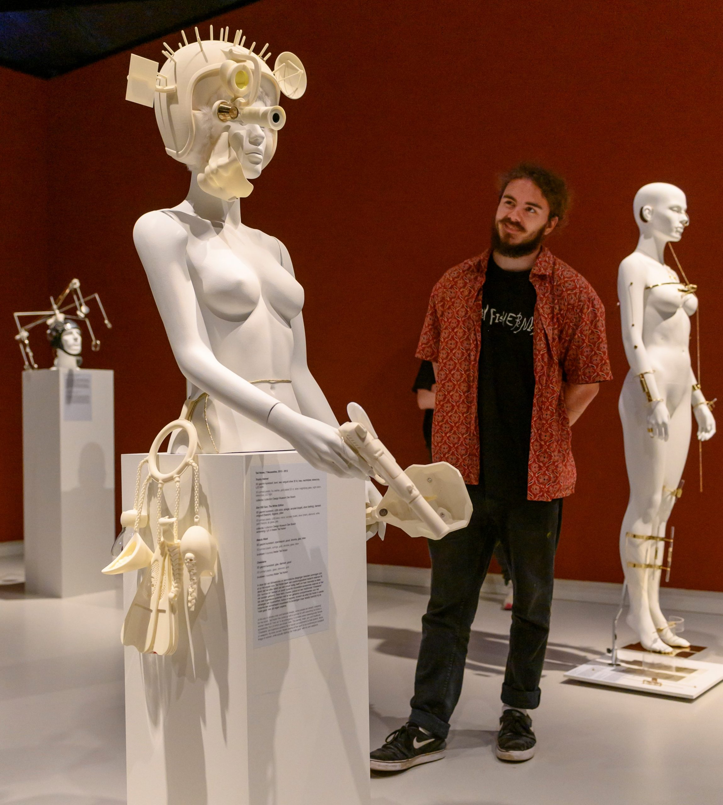 Ted Noten in de tentoonstelling BodyDrift in Design Museum Den Bosch. Foto Ben Nienhuis