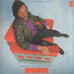Kunstenaar Arnulf Rainer poseert in de Galaxy 1-stoel (ontwerp Walter Pichler), 1968. Archief Peter Noever, foto door Christian Krein.