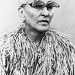 Claude Le Anh, portret van Meret Oppenheim in papieren jurk, 1980. CO Pictoright Amsterdam 2021